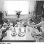 330px-Bundesarchiv_Bild_183-1984-0807-017,_Leipzig,_Familienszene